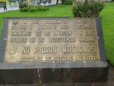 Placa conmemorativa del V Centenario en la Plaza de Cuzco (Perú)